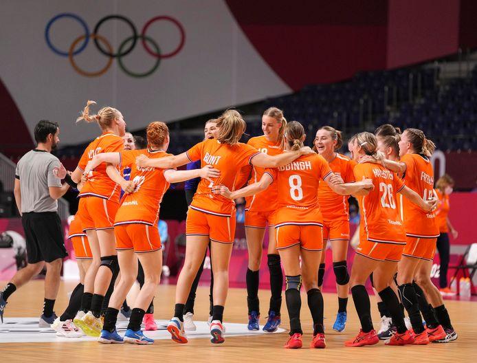 De Nederlandse handbalsters na de overwinning op Zuid-Korea.