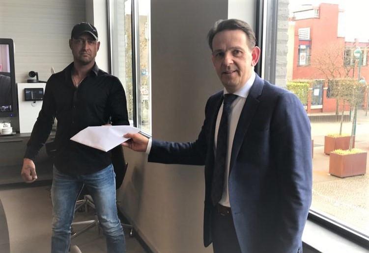 Peter Looymans (l) overhandigt de handtekeningen aan burgemeester Roland van Kessel.