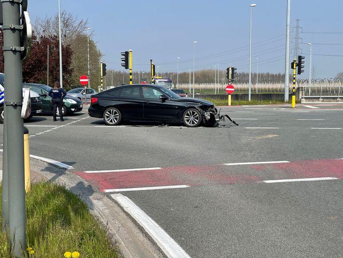 De BMW raakte beschadigd en moest getakeld worden in Harelbeke.