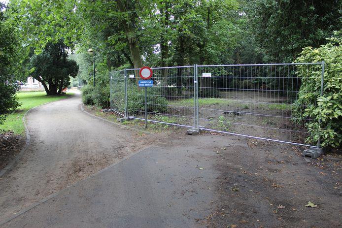 De parking in het Heldenpark is afgesloten.