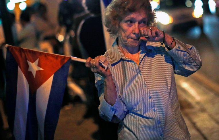Een Cubaanse vrouw reageert emotioneel op de aankondiging dat de diplomatieke banden tussen Cuba en de VS hersteld worden. Beeld REUTERS