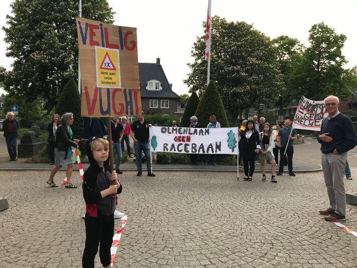 Een groep Vughtenaren kan zich niet vinden in het huidige N65 plan en protesteerde gisteren bij het raadhuis.