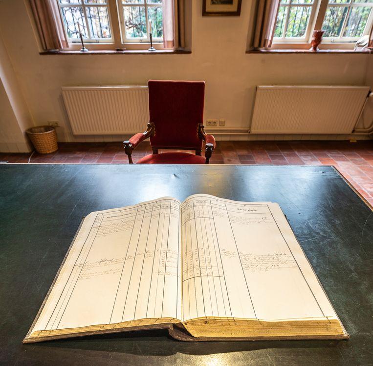 Een boek met de lijsten van kavels en gronden in bezit van de Duitsche Orde. Beeld Harry Cock