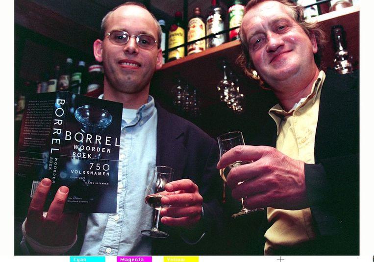 Naast journalist Ewoud Sanders bij de presentatie van diens Borrelwoordenboek, 1997. Beeld ANP
