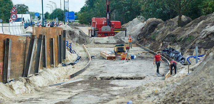Ton van Zoggel (rechts) en Nard Megens in de werkkuil voor de fietstunnel te Nistelrode. Ze plaatsen houten randen waar een betonvloer tussen komt.