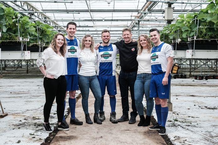 Janneke Wilting met Stijn Goris, Anouk met Timo Jansen, Iris en Danny Ketelaar (v.l.n.r.),  samen met  vader Frank Wilting in de aardbeienkas.