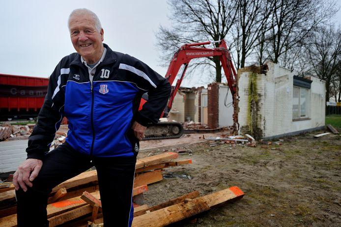 METO-clublegende Lon van Zunderd is overleden. Op de achtergrond: oude kantine de Hoeksteen wordt gesloopt, 2013.