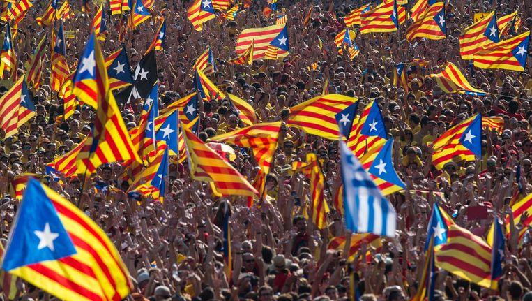 Catalaanse vlaggen bij een pro-onafhankelijkheidsbijeenkomst Beeld getty