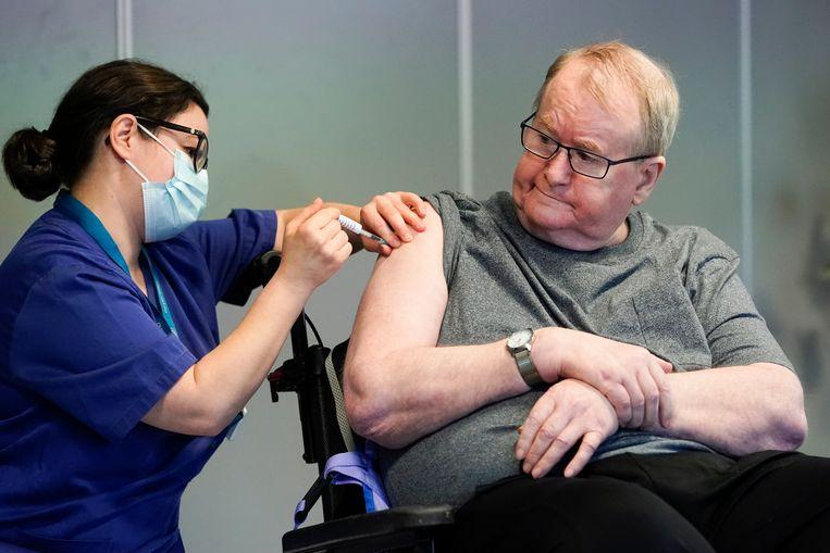 Svein Andersen (67), inwoner van Ellingsrudhjemmet, was de eerste Noor die een vaccinatie kreeg. Beeld EPA