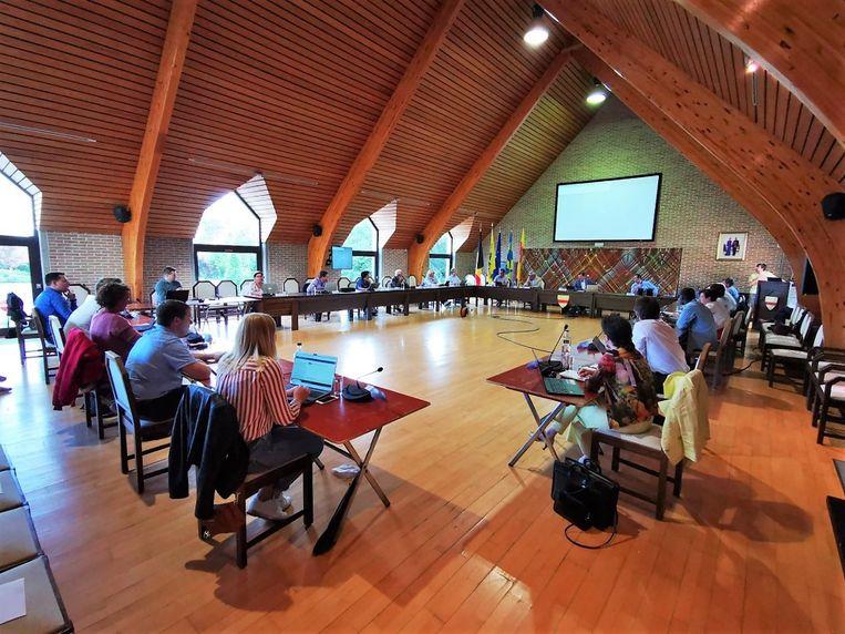 De voltallige gemeenteraad van Wingene kwam maandag voor het eerst terug fysiek en openbaar samen, weliswaar met inachtneming van de social distancing