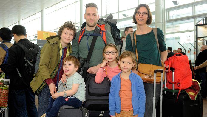 Nicky en Katleen en hun vier kinderen nemen vandaag, een dag voor het begin van de paasvakantie, al het vliegtuig.