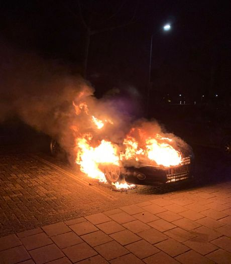 Wéér is het raak: auto uitgebrand in Oss, ditmaal aan Grindlaan