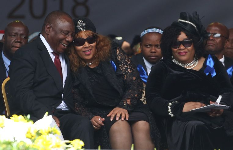 De Zuid-Afrikaanse president Cyril Ramaphosa met de dochters van Winnie Madikizela-Mandela. Beeld REUTERS