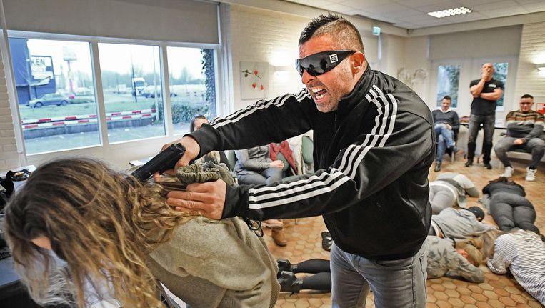 Horecapersoneel krijgt in Gouda training in het omgaan met een gewelddadige overval: heftig en leerzaam. Beeld Guus Dubbelman / de Volkskrant