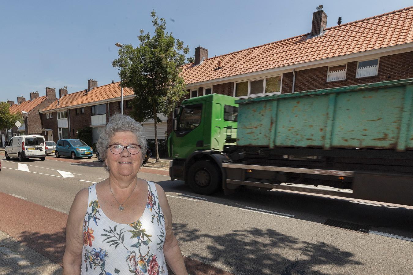 Marleen Pollen voor haar huis aan de drukke Tivolilaan in Eindhoven