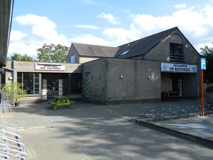 2016: zo zag de ingang van de oude sporthal en het jeugdhuis De Redekiel er uit.