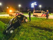 Auto vliegt uit de bocht en belandt in sloot in Harderwijk: vrouw naar ziekenhuis