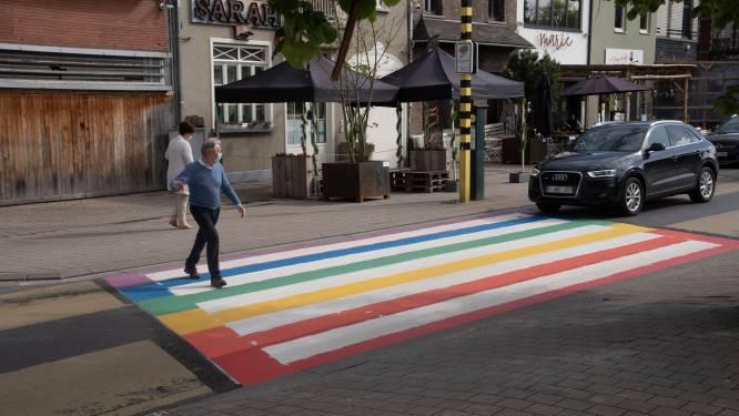 Regenboogzebrapad op Stationsplein wordt  ingewandeld op Internationale dag tegen Holebi- en Transfobie