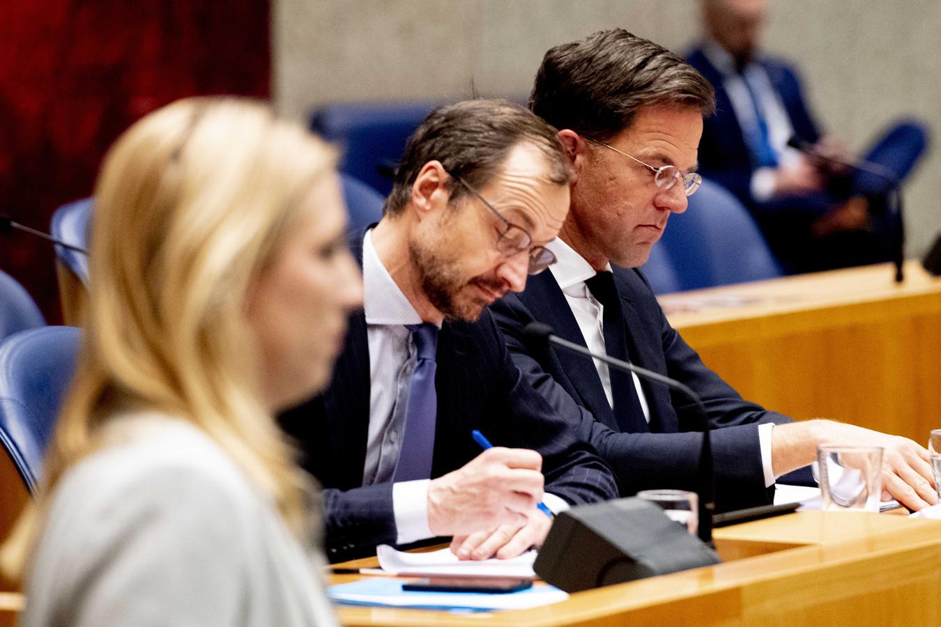 Minister Wiebes en premier Rutte tijdens het debat donderdagavond