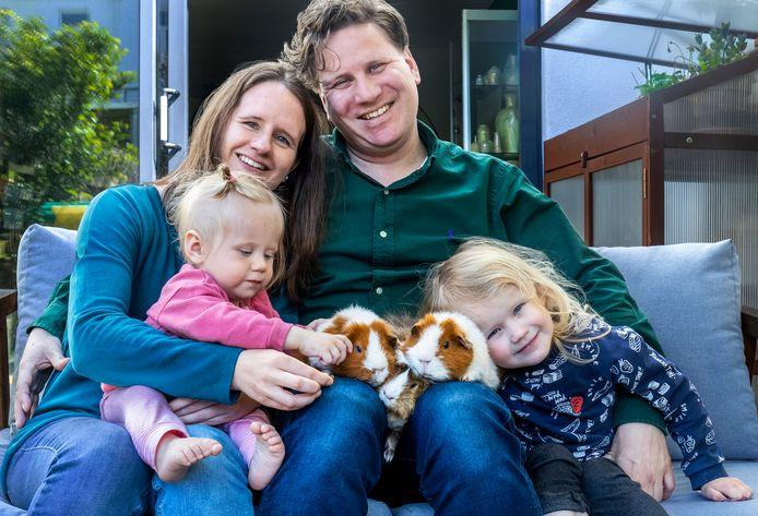 Utrechter Ted Oliekan (38) met zijn gezin: Chantal Moenis (36) en de kinderen Cato (1) en Livia (3), op schoot de cavia's Conan (midden) en de tweeling Buff en Wally.