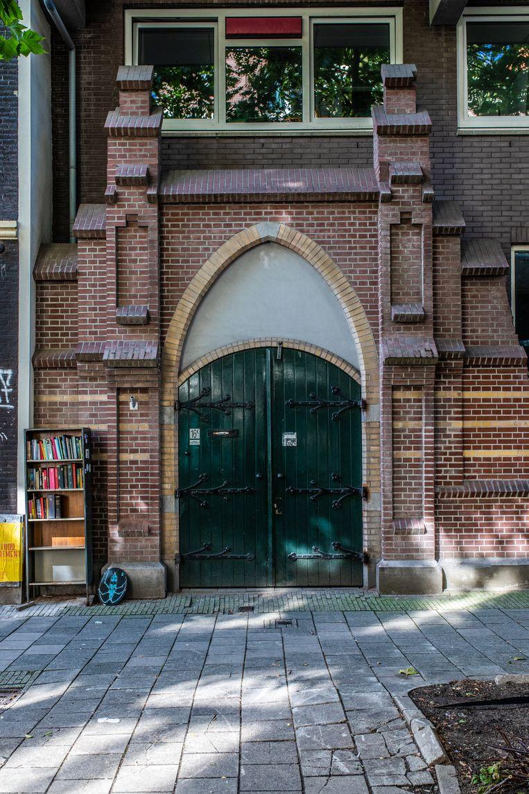 Op 26 september liepen we in de Frans Halsstraat in De Pijp langs de poort van de voormalige Frans Halsschool, het enige overblijfsel van de in 1888 geopende en in 1983 gesloopte gemengde openbare lagere school. Winnaar van het jaarabonnement op Ons Amsterdam is Arjen Lobach. Beeld Nosh Neneh