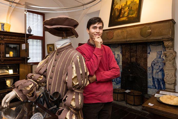 Timo Lam, de nieuwe beheerder van Museum Stadskasteel Zaltbommel, bij de outfit van Dirk van Haeften uit Gameren.