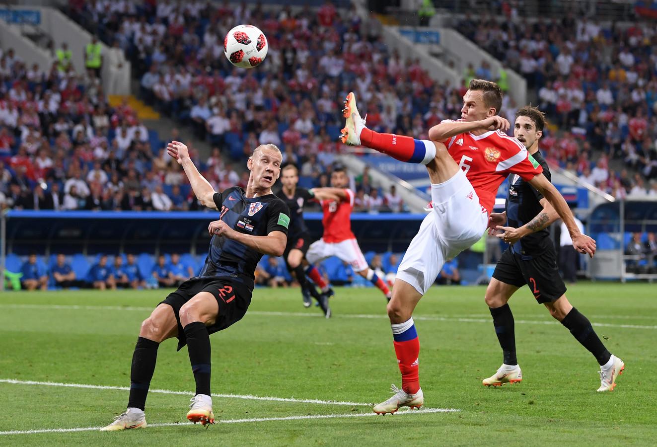 De Russische aanvaller Denis Tsjerisjev (midden) is de enige speler die met twee doelpunten is genomineerd: zijn eerste doelpunt tegen Saudi-Arabië en zijn goal (foto) in de kwartfinale tegen Kroatië.