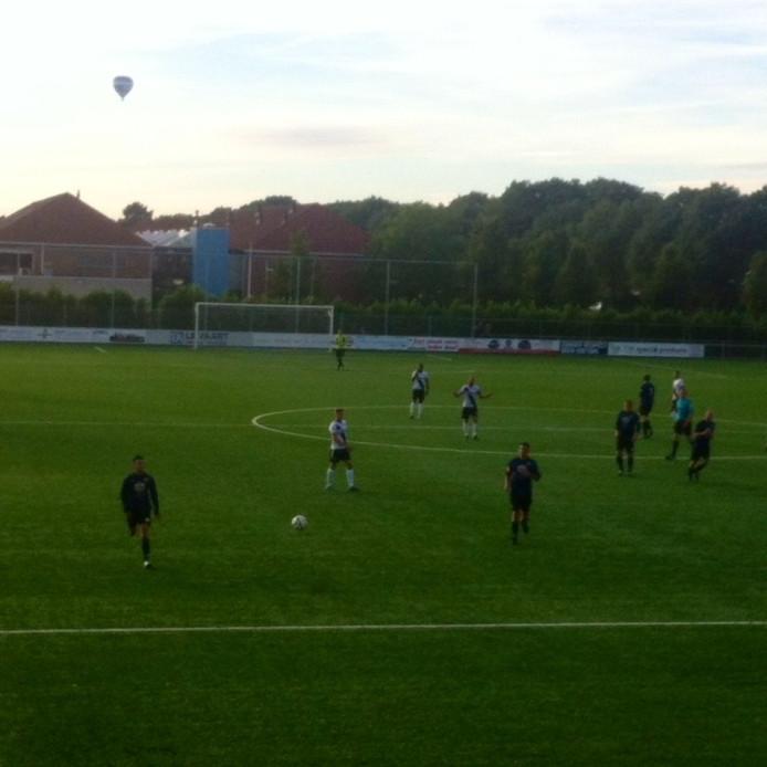 FC Den Bosch in Giessen. De hoofdsponsor van RKC kijkt toe vanuit een luchtballon.