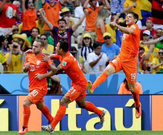 Wesley Sneijder wordt bejubeld na zijn treffer tegen Mexico.