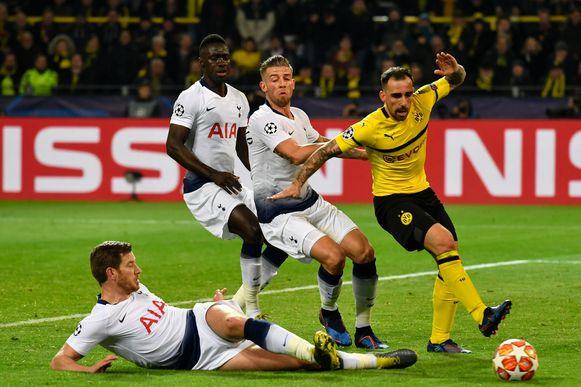 Jan Vertonghen en Toby Alderweireld slaan de handen in elkaar om Dortmund-aanvaller Paco Alcacer af te stoppen.