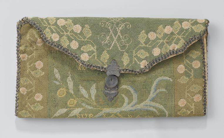 Brieventas van Isaac Sweers II, 1700-1725, papier, linnen, zijde, zilver. Rijksmuseum (bruikleen Koninklijk Oudheidkundig Genootschap). Beeld Carola van Wijk en Frans Pegt