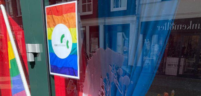 Het raam van het COC-pand in de Gasthuisstraat in Gorinchem was besmeurd.