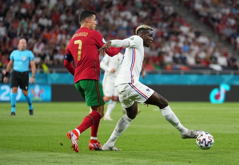 Paul Pogba (rechts) blijft in balbezit ondanks aandringen van Cristiano Ronaldo tijdens het EK-duel Frankrijk - Portugal. Beeld Getty