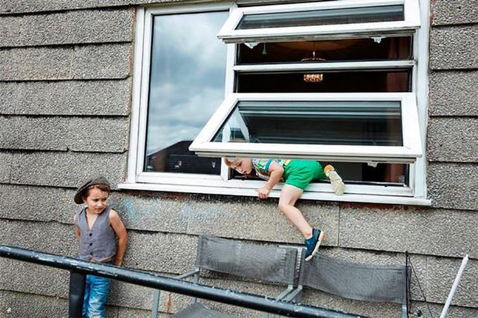 De kinderen krijgen geen grenzen opgelegd. Via een deur naar buiten? Door het achterraam is veel leuker.