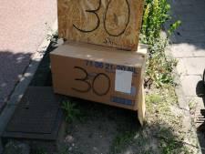 Bewoners Maassluise Julianalaan uiten frustratie over racebaan met zelfgemaakt protestbord