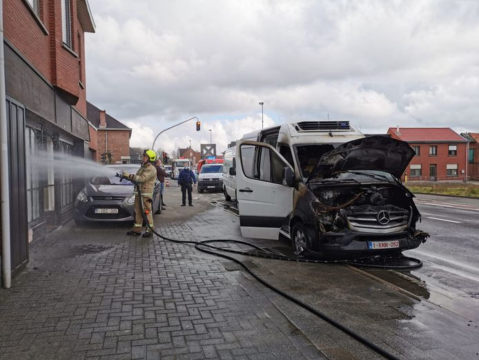 De brandweer moest ook roet wegspuiten die op de gevel van een woning was terechtgekomen.