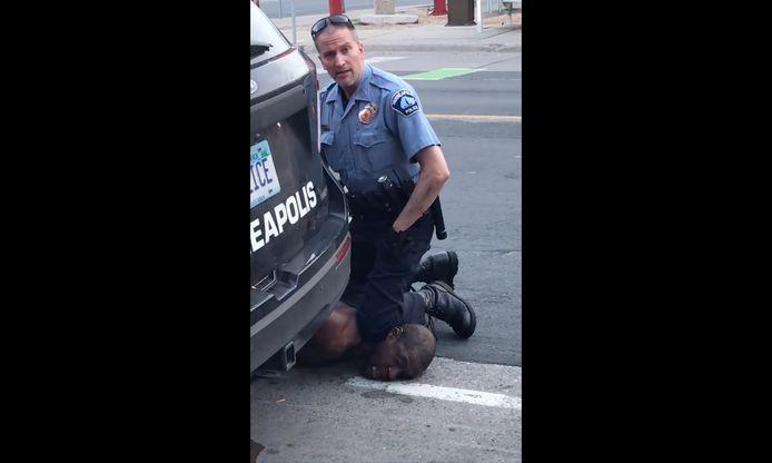 Le policier Derek Chauvin, agenouillé sur le cou de George Floyd, filmé par Darnella Frazier, en 2020
