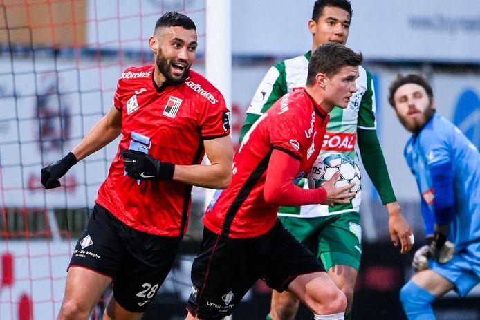 Nicolas Rommens (met bal) wordt gefeliciteerd door Terki na het omzetten van de penalty waardoor het 1-2 werd.