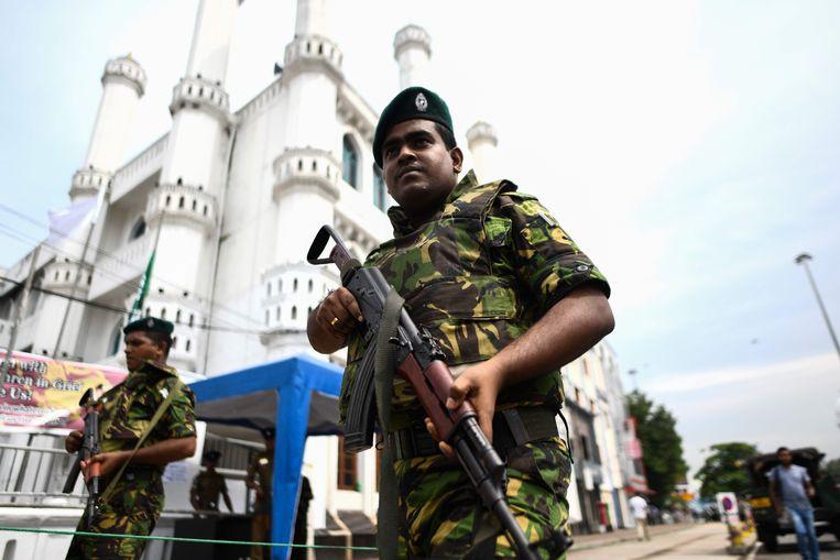 Sri Lankaanse soldaten bewaken een moskee na de aanslagen op Pasen. Beeld AFP