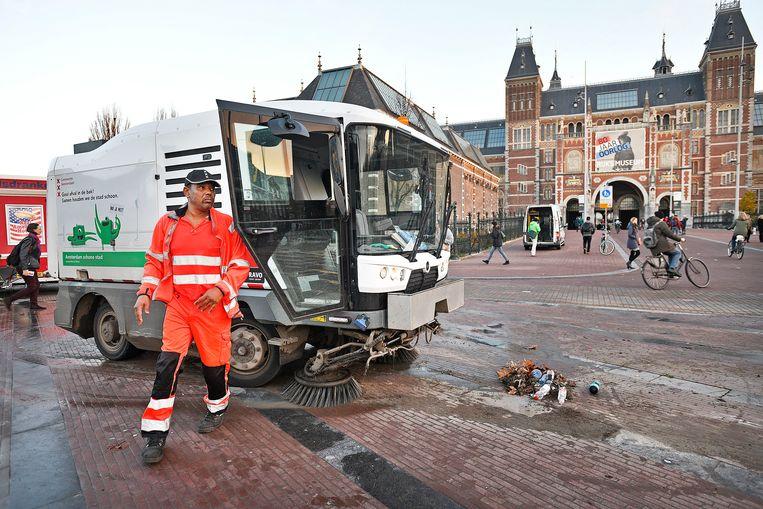 Schoonmaak van de plek waar 'I Amsterdam' is weggehaald.  Beeld Guus Dubbelman / de Volkskrant