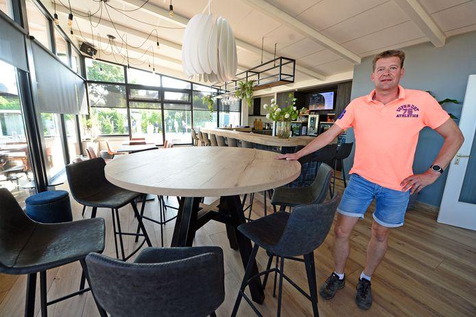 Projectleider Jeroen Oude Smeijers in het fraai verbouwde clubgebouw van Tennisvereniging Deurningen.