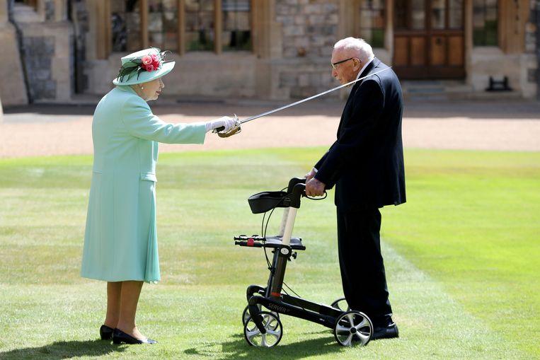 Koningin Elizabeth ridderde kapitein Tom Moore afgelopen zomer vanwege zijn inzamelingsactie. Beeld REUTERS