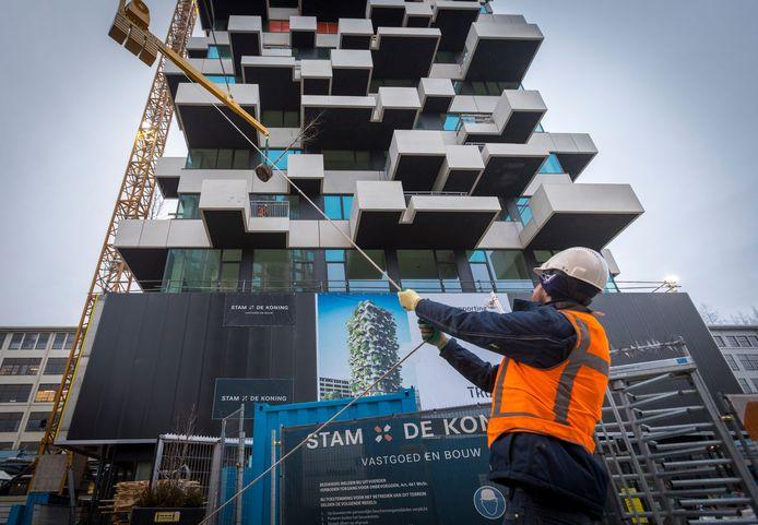 EINDHOVEN ED2020-7791 Trudo, Aannemer Stam + De Koning en architect Boeri plaatsten eind vorig jaar de eerste boompjes op de gevel van de Groene Trudo Toren op Strijp-S, aan de Philitelaan