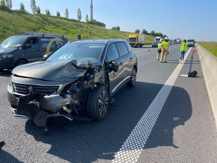 De Peugeot 5008 raakte vooral vooraan zwaar beschadigd na het ongeval langs de E403 in Lichtervelde.