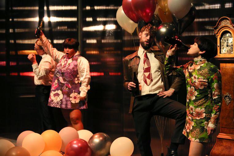 Scène uit Drie zusters door Toneelschuur Producties in regie van Eline Arbo.   Beeld Sanne Peper