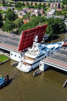 Megajacht van 52 meter lang door bruggen van Alphen geloodst