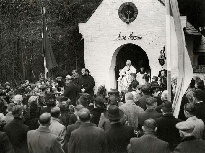 Pastoor Janssen zegent in 1939 de Mariakapel in die Carol Schade heeft gesticht