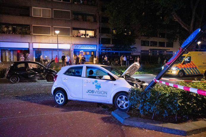 De bestuurder van een witte auto kwam zaterdag net voor middernacht in botsing met een zwarte auto op de kruising van de Weerdjesstraat met de Vossenstraat in het centrum van Arnhem.