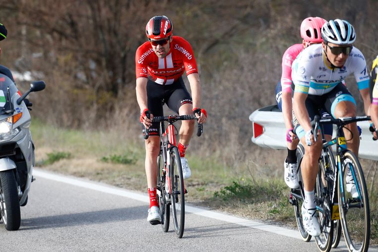 """Tom Dumoulin rijdt momenteel rond in Tirreno-Adriatico. """"Over een heel seizoen krijg ik tussen tien en twintig controles. Te weinig"""", vindt hij. Beeld Photo News"""