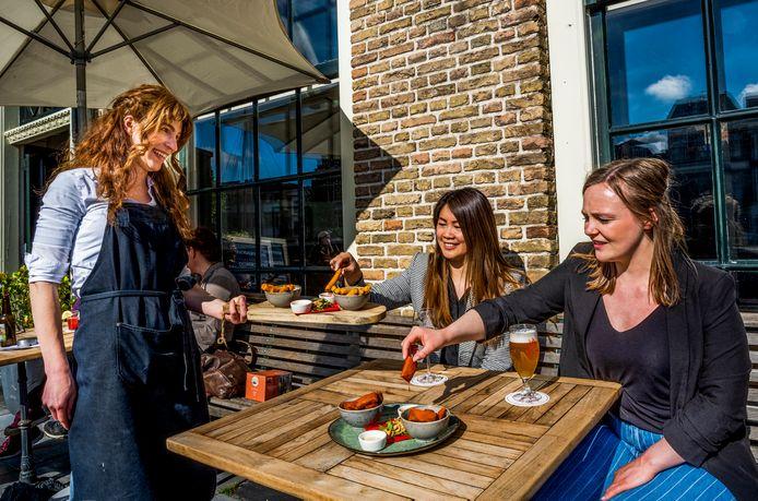 Zongenieters op het terras bij de Pelgrim in Rotterdam Delfshaven.